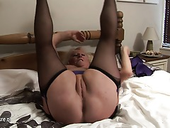 Massive mature slut squirting her bed under